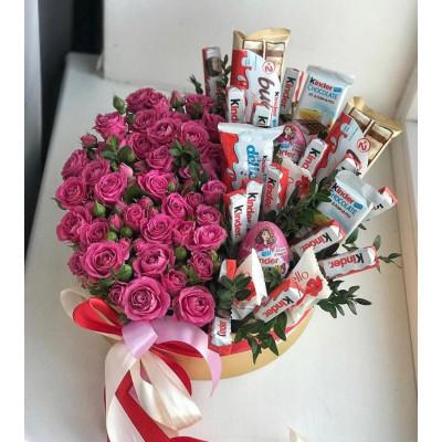 Композиция из кустовых роз и сладостей