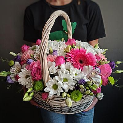 Корзина с герберой, хризантемой и эустомой