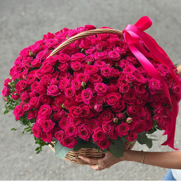 Корзина с 51 кустовой розой