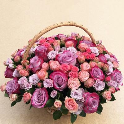 Корзина с 55 розами и кустовыми розами