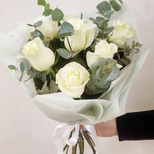 7 белых роз в оформлении