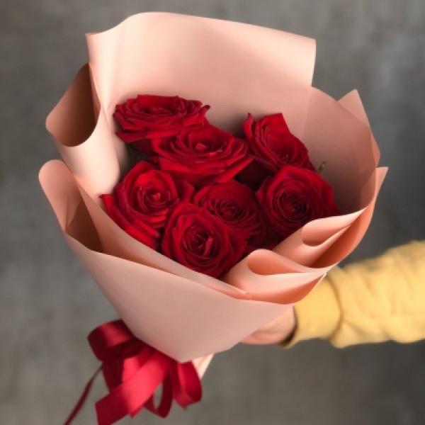 7 красных роз в упаковке
