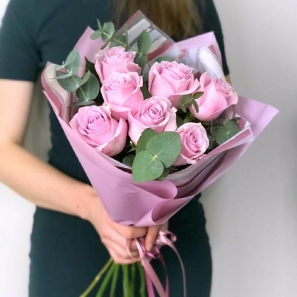 7 розовых роз в оформлении