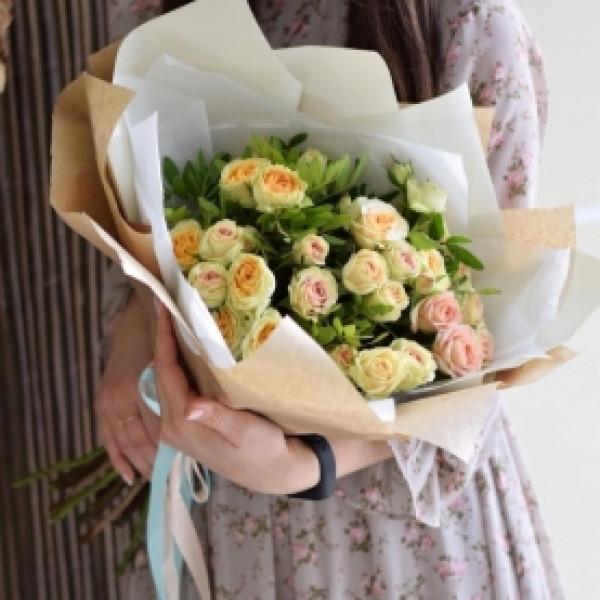 Букет из 7 кремовых кустовых роз