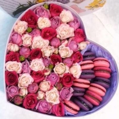 Композиция с кустовой розой и макарунами