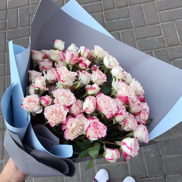 Букет из 7 светлых сортовых кустовых роз
