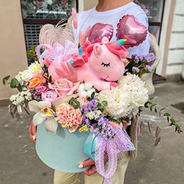 Композиция с шарами, игрушкой и цветами