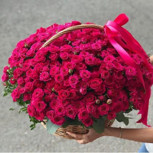 Корзина с 75 кустовыми розами