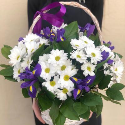 Корзина с кустовой хризантемой и ирисами