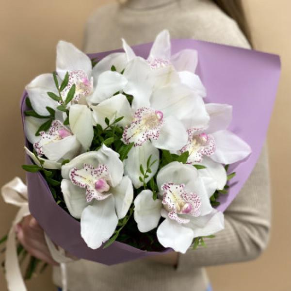 Букет из 9 белых орхидей с зеленью