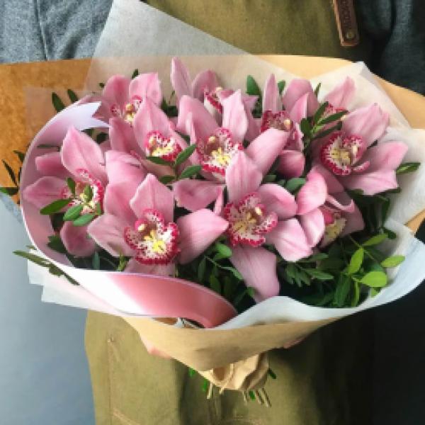 Букет из 9 розовых орхидей с зеленью