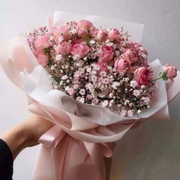 Букет из 9 кустовых роз с гипсофилой