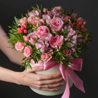 Композиция из роз и альстромерий