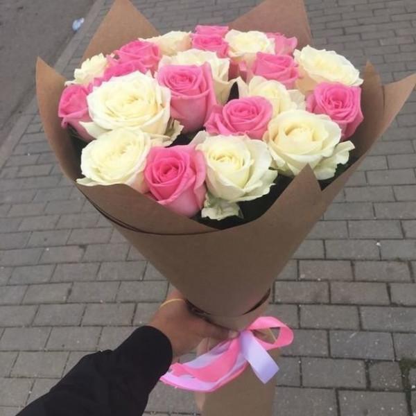25 бело-розовых роз в упаковке