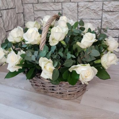 19 Белых роз в корзине