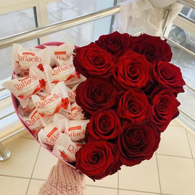 Композиция с розами и конфетами в сердце