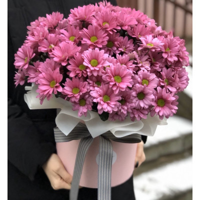 11 розовых хризантем в шляпной коробке