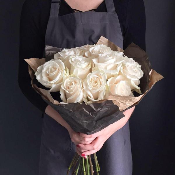 11 белых роз в упаковке