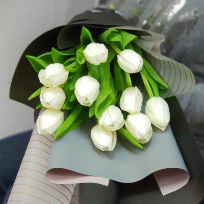 11 белых тюльпанов в упаковке