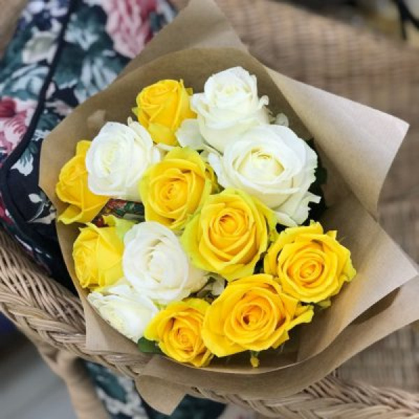 13 бело-желтых роз