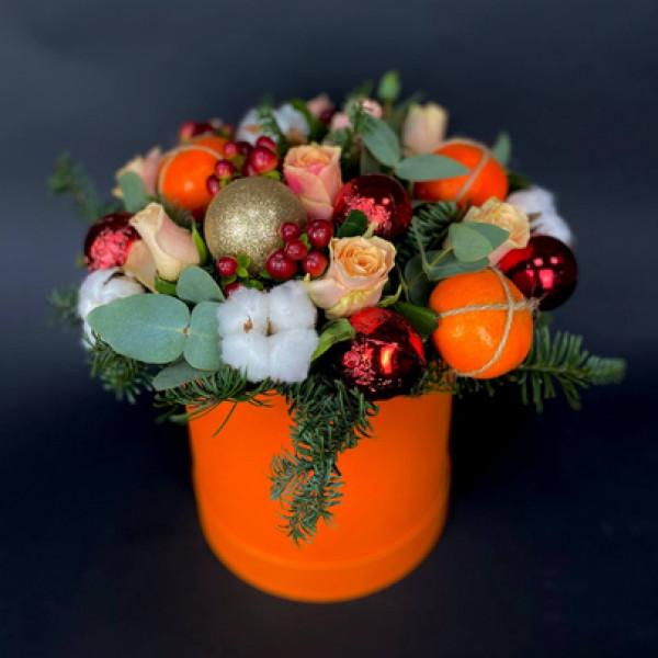 Новогодняя композиция с мандаринами и розами в шляпной коробке