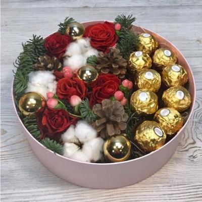 Новогодняя композиция с конфетами и розами