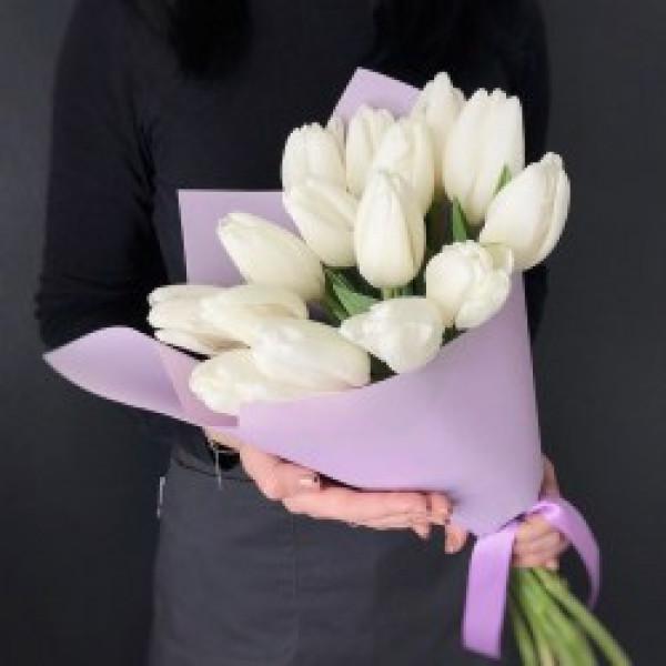 15 белых тюльпанов в упаковке