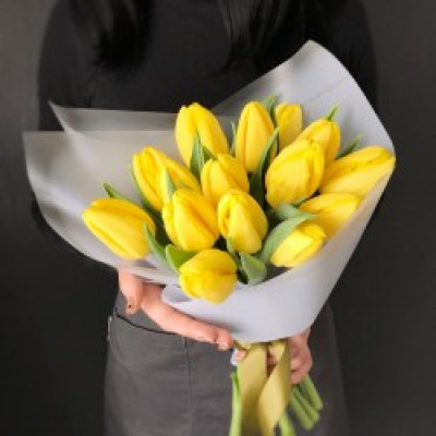 15 желтых тюльпанов