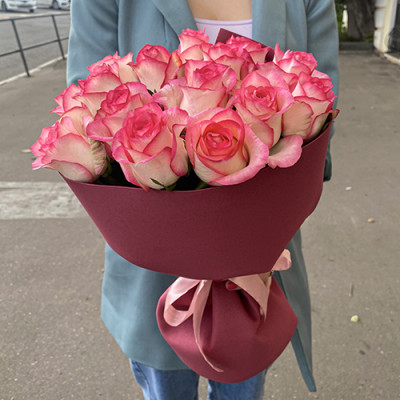 15 нежно розовых роз в упаковке