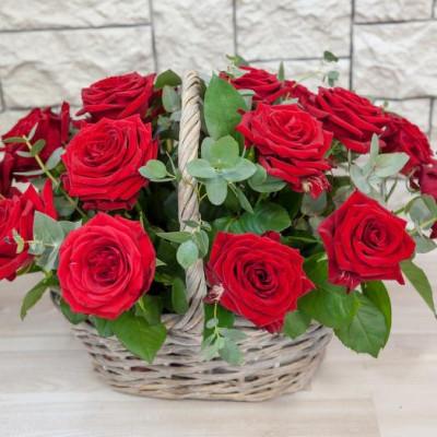 19 Красных роз в корзине