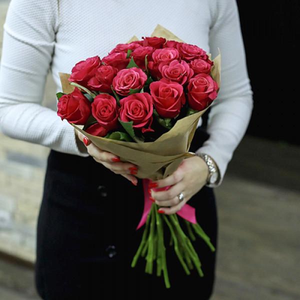 19 малиновых роз в упаковке