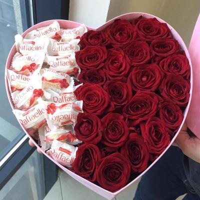 Композиция с розами и конфетами в сердце Макси