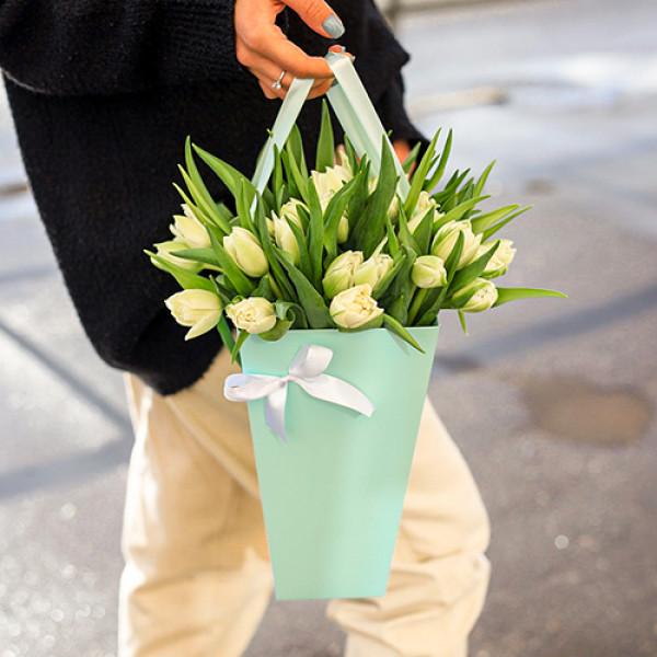25 белых  тюльпанов в коробке