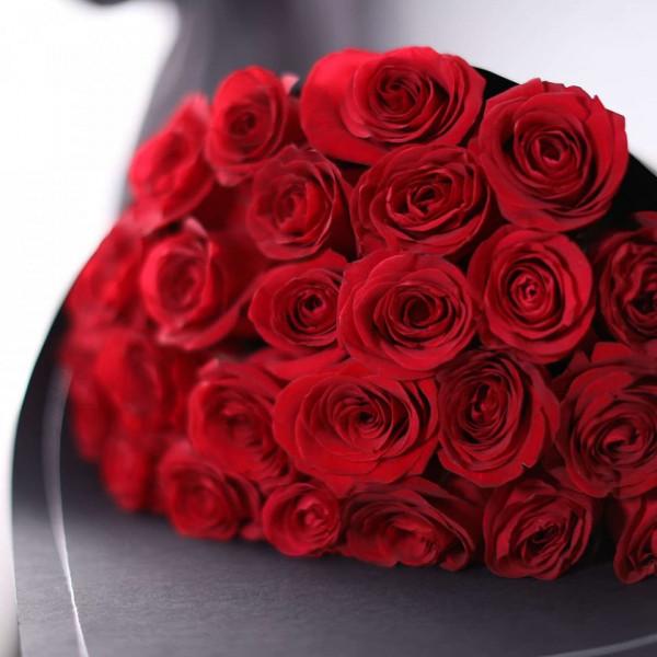 25 красных роз в упаковке