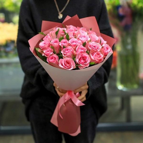 25 розовых роз с зеленью в упаковке