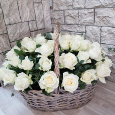 29 Белых роз в корзине