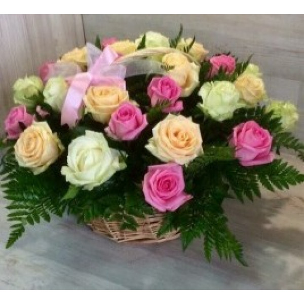 29 разноцветных роз в корзинке