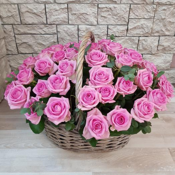 29 Розовых роз в корзине