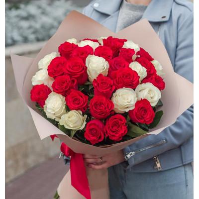35 бело красных роз в упаковке