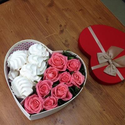 Композиция с розами и зефиром в сердце