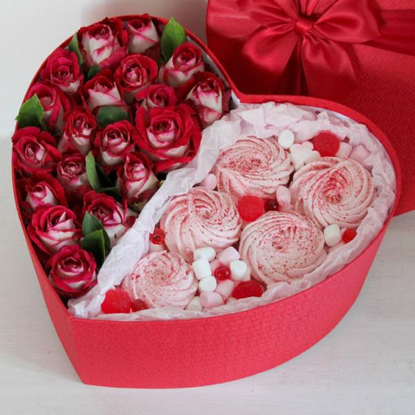 Композиция с кустовыми розами и зефиром в коробке Сердце