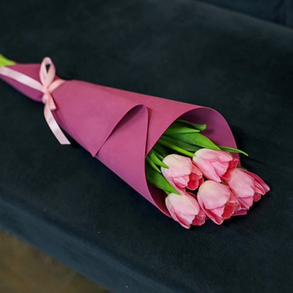 5 розовых тюльпанов в упаковке