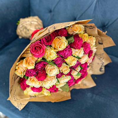 51 розовых и кремовых роз в упаковке