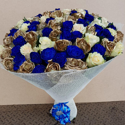 51 синяя, золотая и белые розы в упаковке