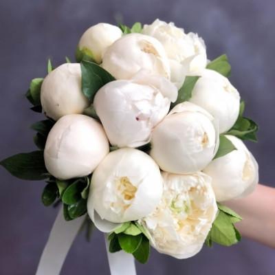 Букет невесты из 11 белых пионов