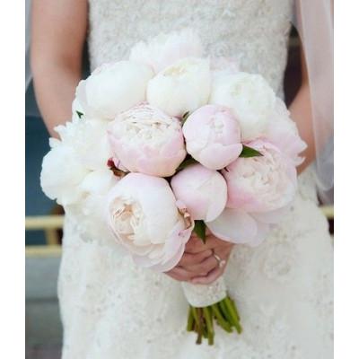 Букет невесты из 15 бело-розовых пионов