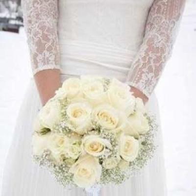 Букет невесты из 19 белых роз и гипсофилы
