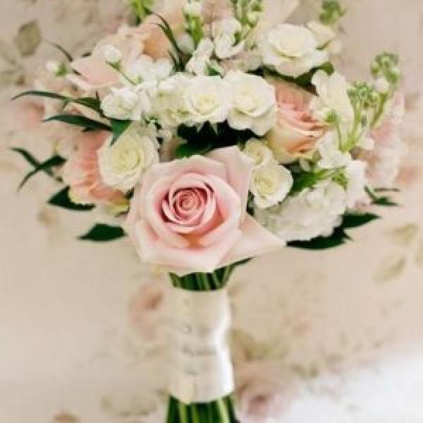Букет невесты с  розой и кустовой розой