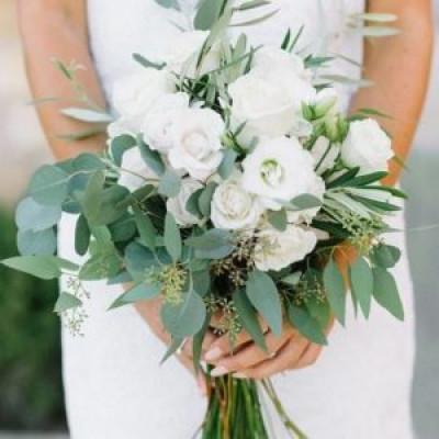Букет невесты из эустомы и зелени