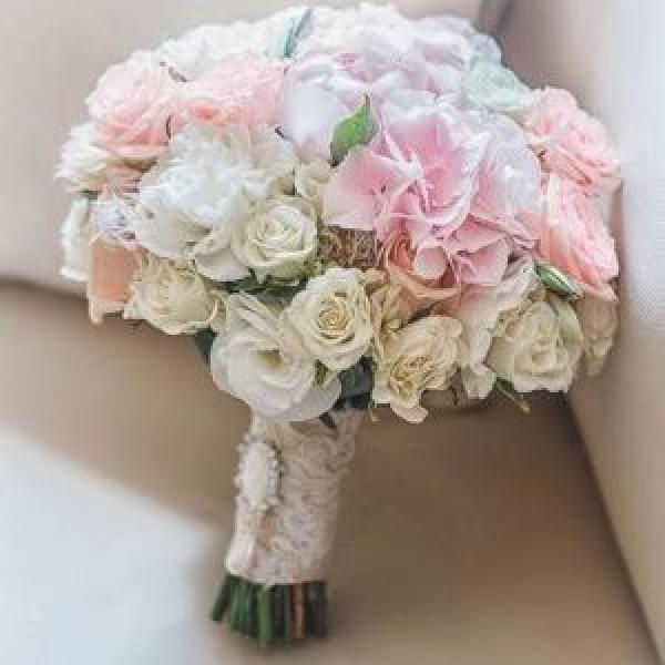 Букет с кустовыми розами и гортензией